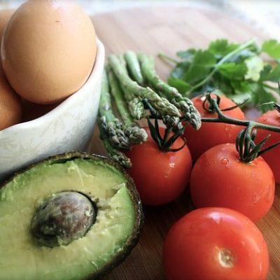Huevos rellenos con salsa de aguacate