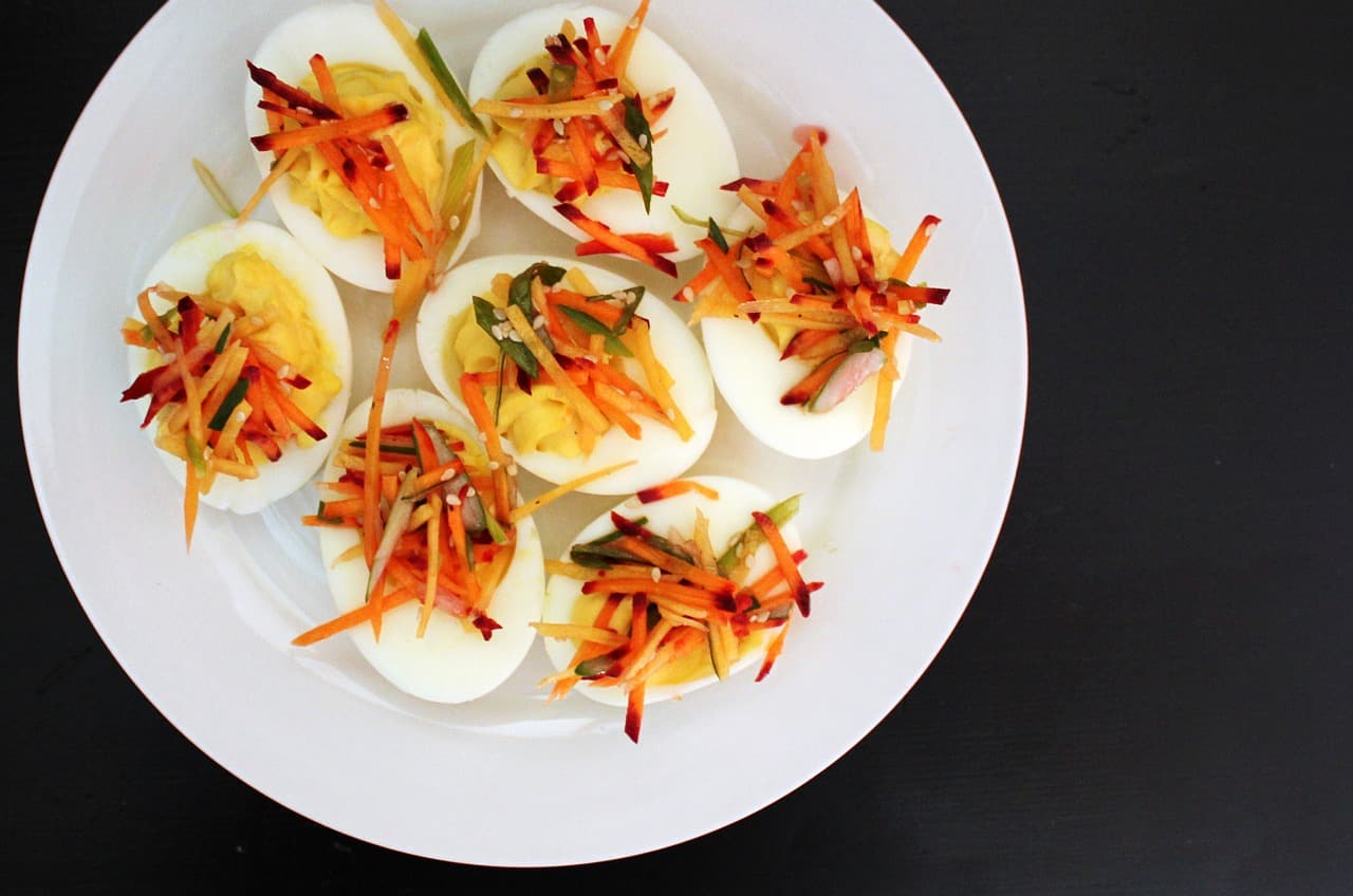 huevo relleno con atun