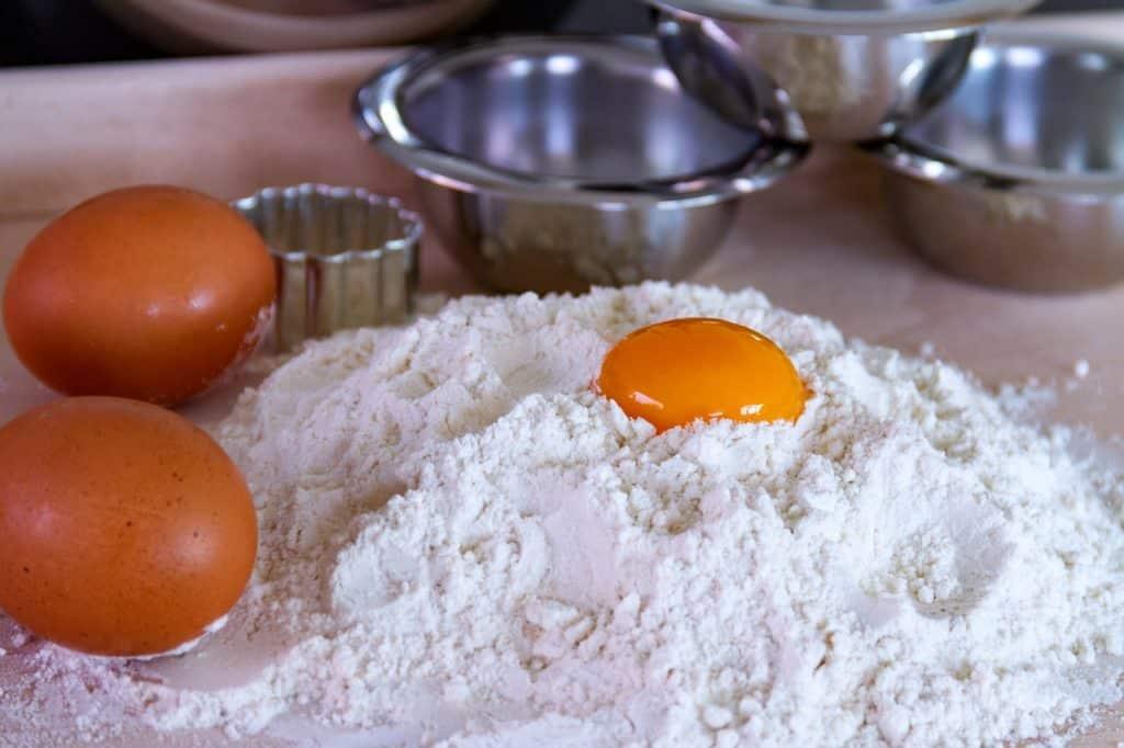 yema de huevo sobre harina