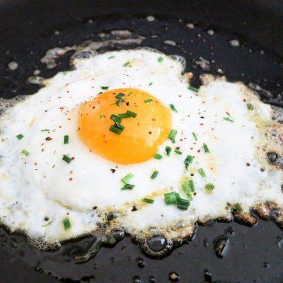 Huevos estrellados con patatas fritas y kétchup