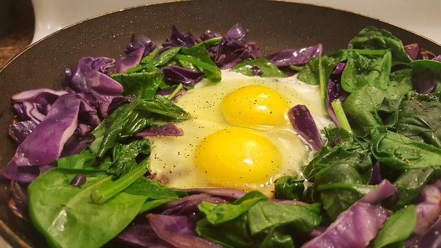 huevos fritos en salsa de espinacas