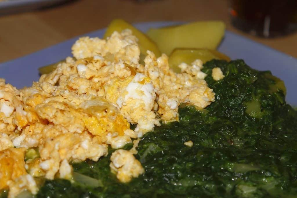 huevos rotos con jamón y espinacas