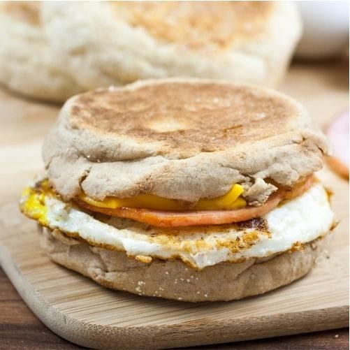 Sandwich de huevo, un desayuno quema grasa.