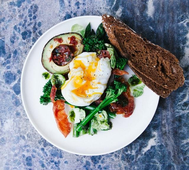 tomar huevos en el desayuno