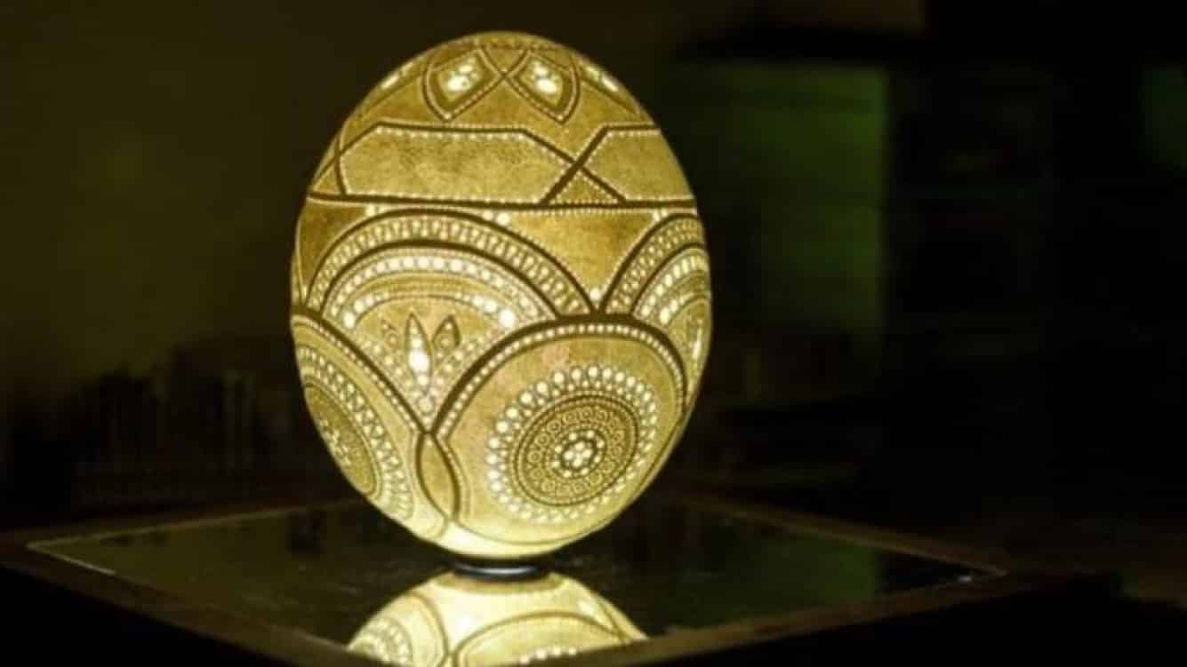 escultura de una cascara de huevo